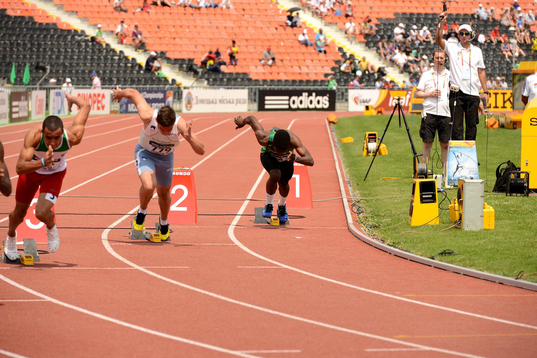 Фото: чемпионат Мира по лёгкой атлетике, 2013 года в Донецке. Старт в беге на 400 метров. (юноши)